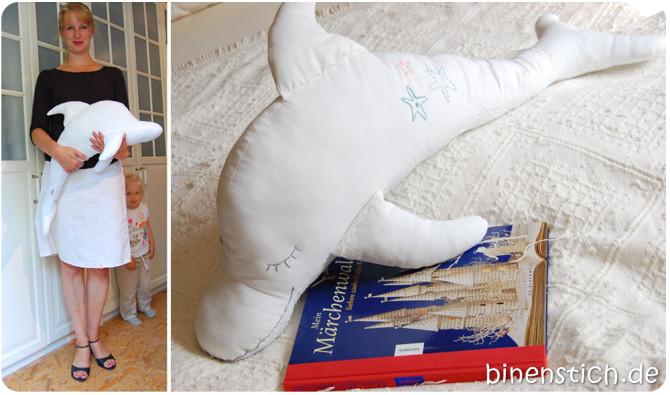 Sabine mit ihrem Kuschel-Delfin Dolli