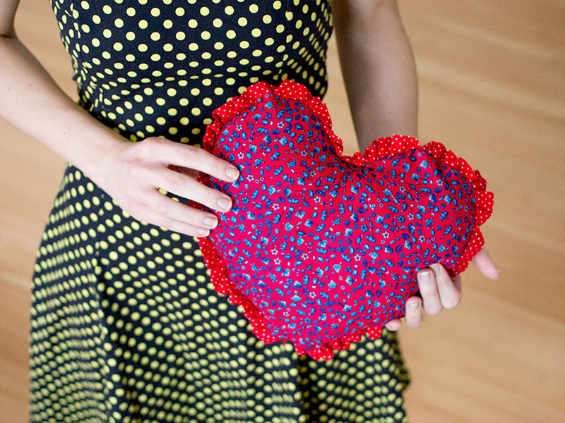 Love is in the air... Bunte Herzkissen mit Rüschen zum Valentinstag