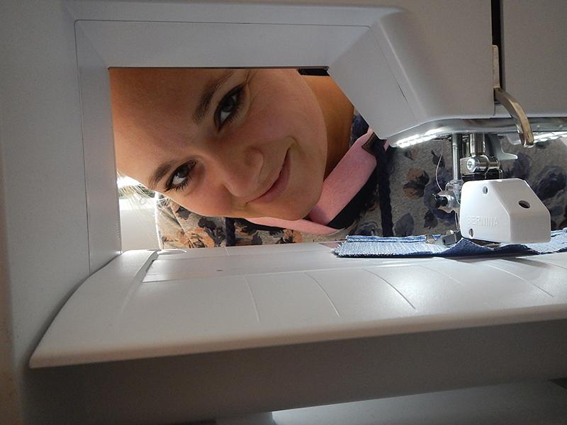 Gastbloggerin Sabrina an der Nähmaschine